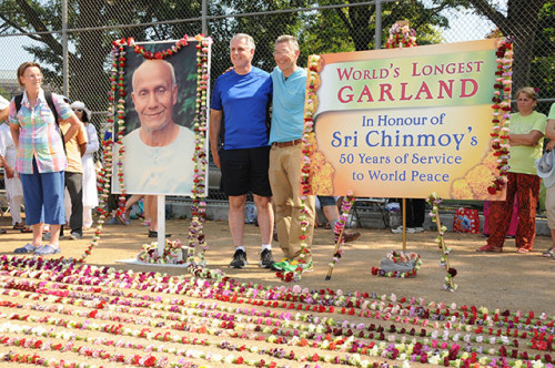 1New-York-Councilman-and-Ashrita-Furman-behind-world's-longest-garland_photo-by-Bijoy-Imhof