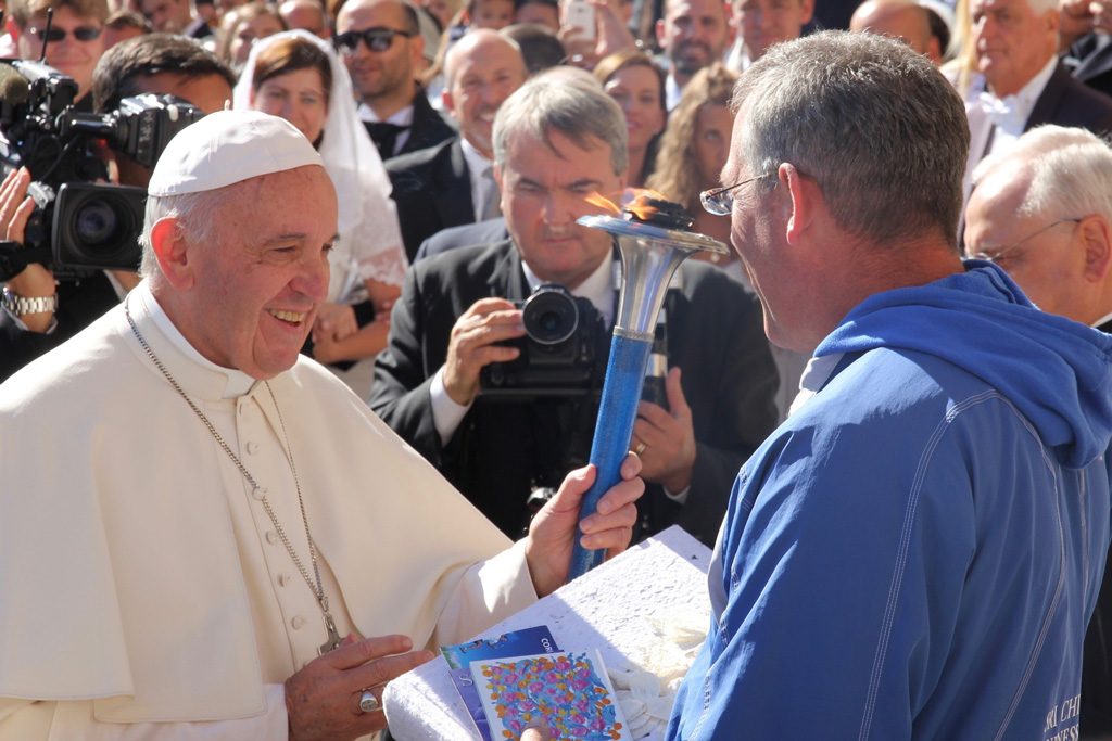 pope-francis_blesses_the_peace-torch