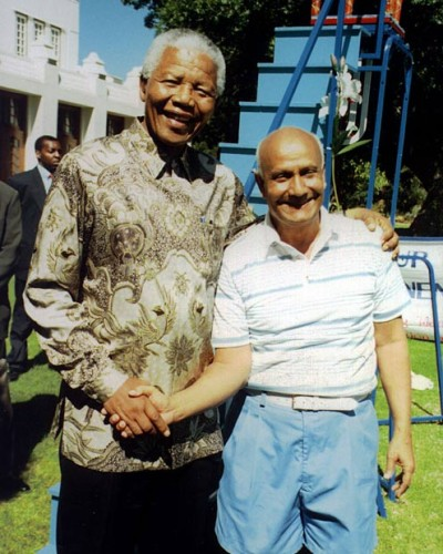 President-Mandela-with-Sri-Chinmoy-lifting-at-the-Presidential-Mansion-in-Pretoria