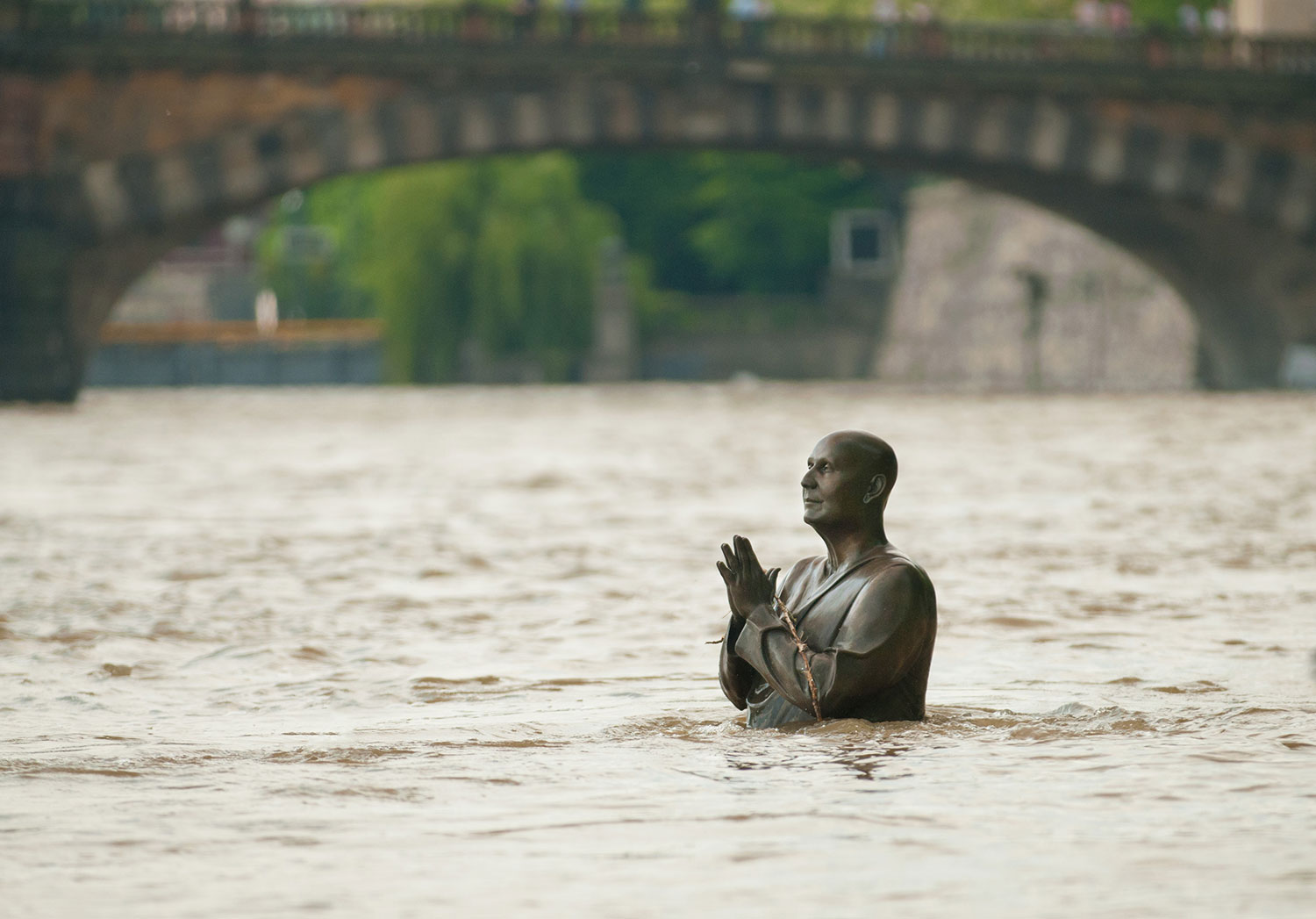 Statue-of-Sri-Chinmoy-flooded-in-Prague-2-Apaguha-Vesely